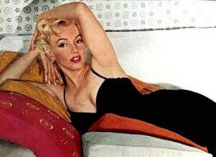 Marilyn-Monroe-couch-320w